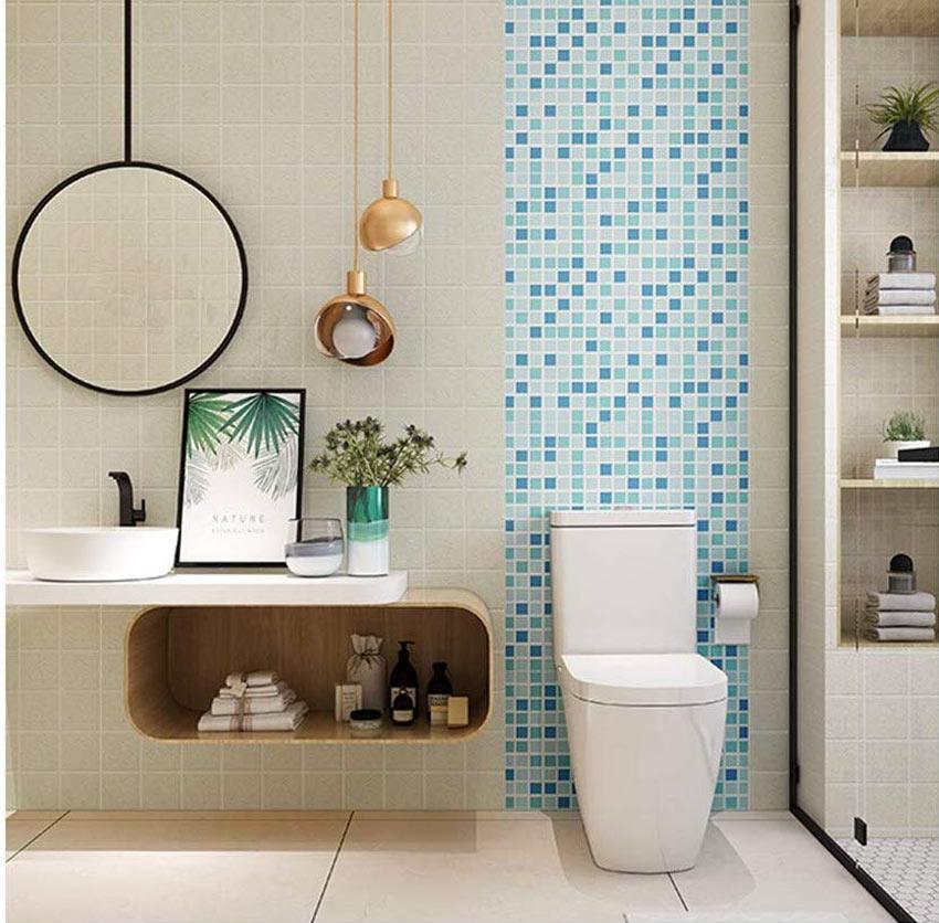 Carta da parati moderna adesiva effetto piastrelle mosaico in bagno.
