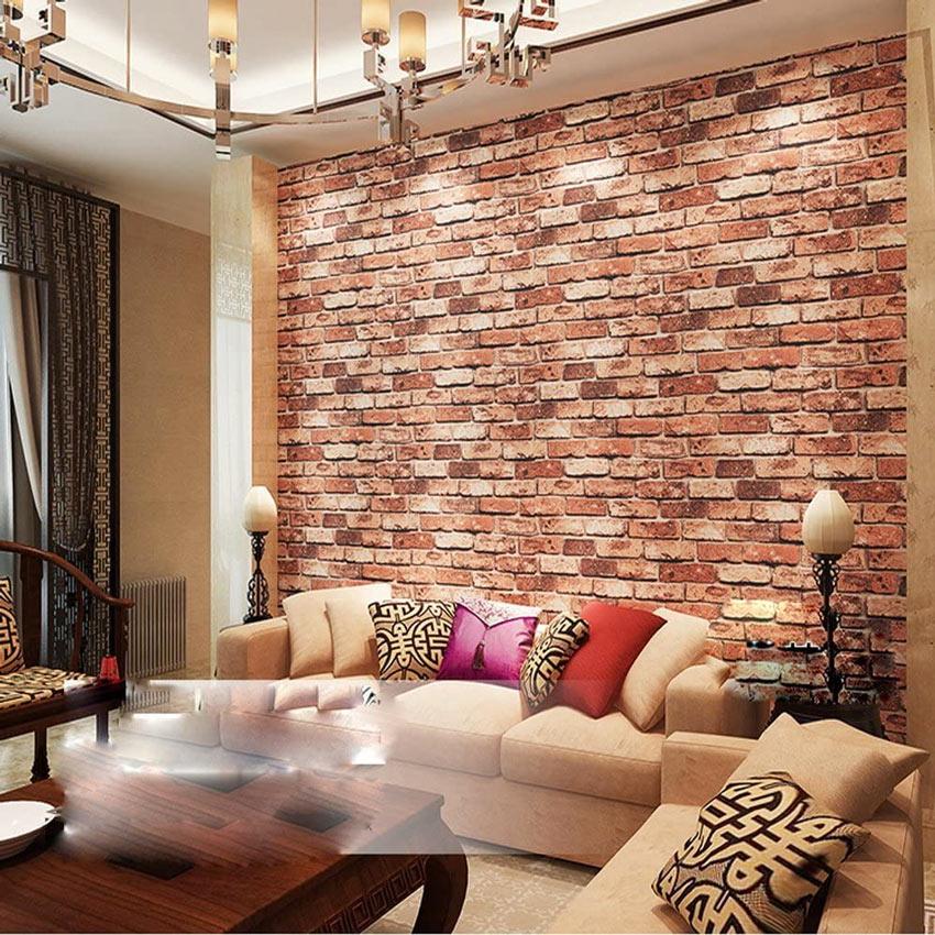 Muro di mattoni dietro al divano altro non è che una carta da parati di design.