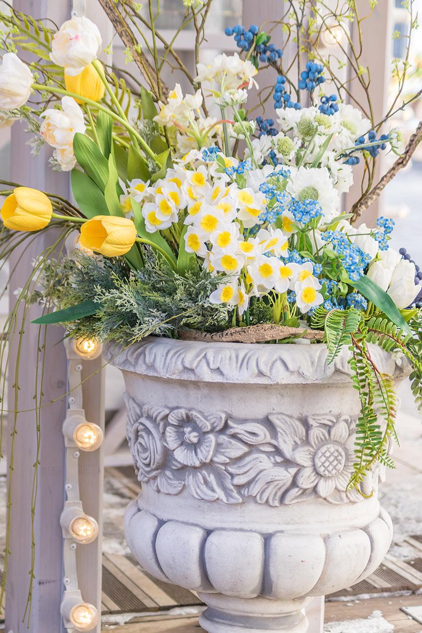 Bel vaso di fiori primaverili per decorare il portico di casa