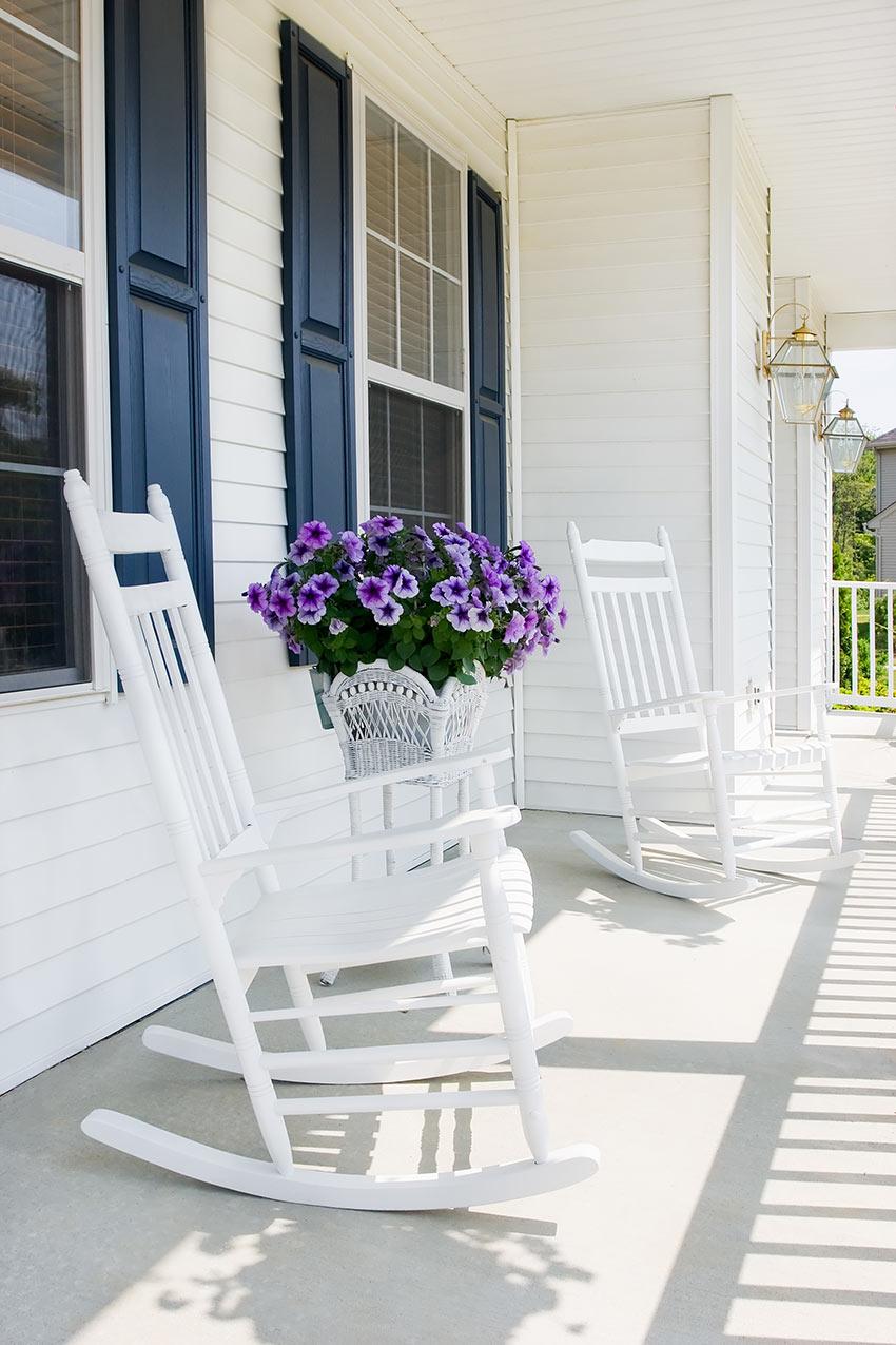 Portico bianco con un bel vaso di fiori viola.