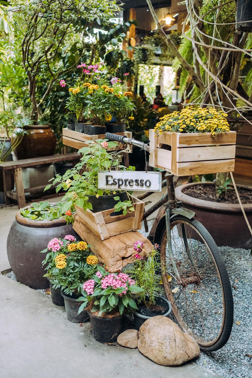 Veccia bici decorata con cassette di legno e fiori