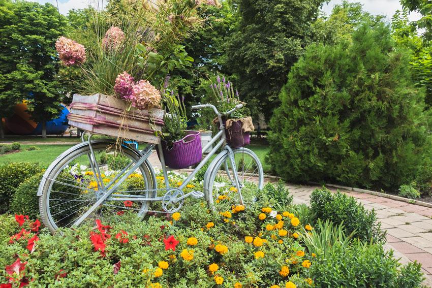 Giardino decorato con una vecchia bicicletta fiorita