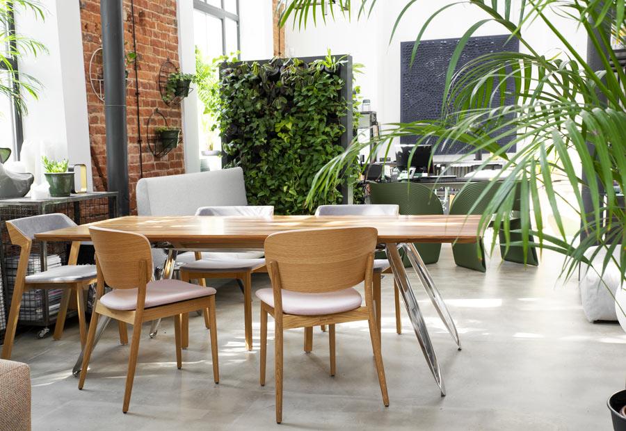 Parete verde verticale separa cucina dalla sala da pranzo.