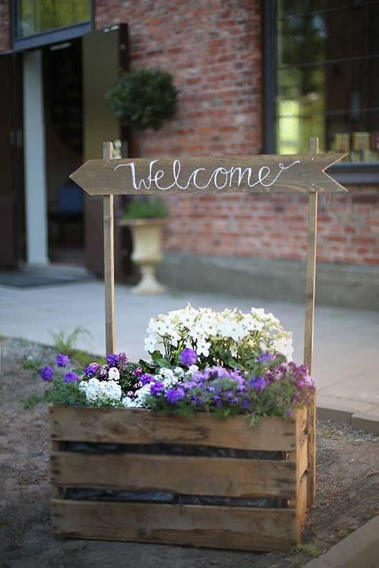insegna decorativa per la primavera, cassette di legno e fiori