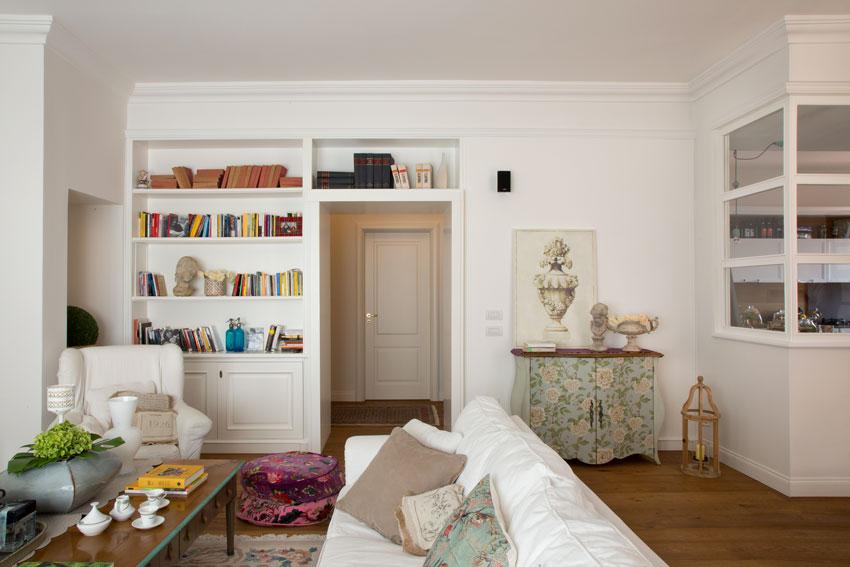 Libreria a parete realizzata in cartongesso in questo soggiorno.