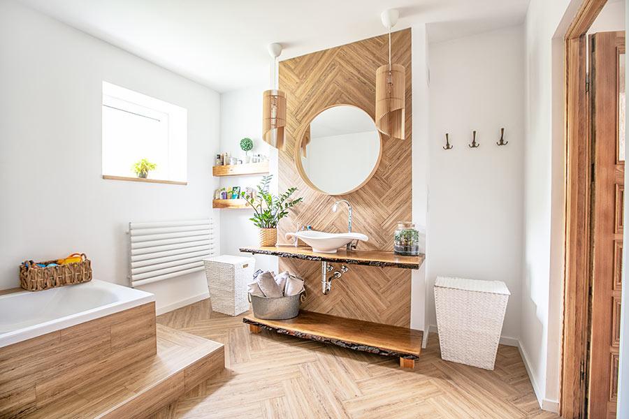 ispirazione ristrutturare bagno con mattonelle effetto legno
