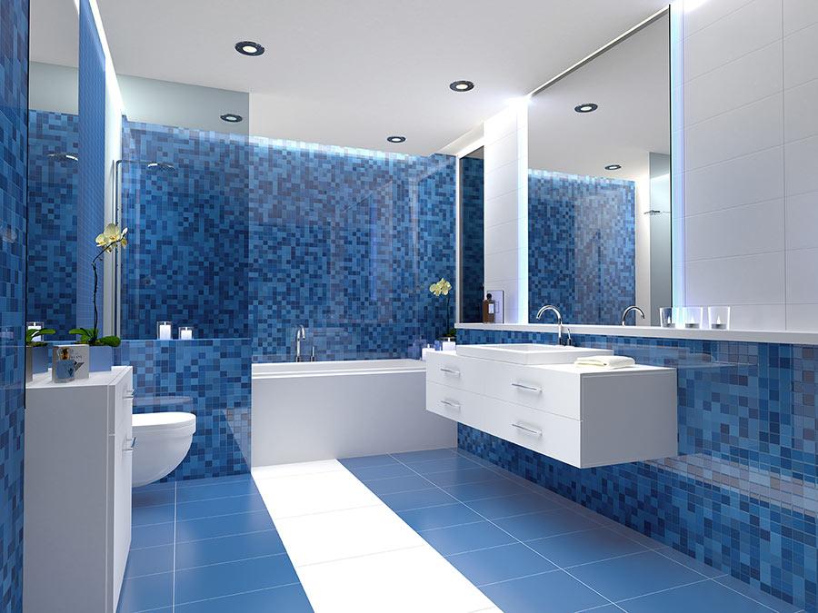 Bagno ristrutturato con piastrelle blu a mosaico