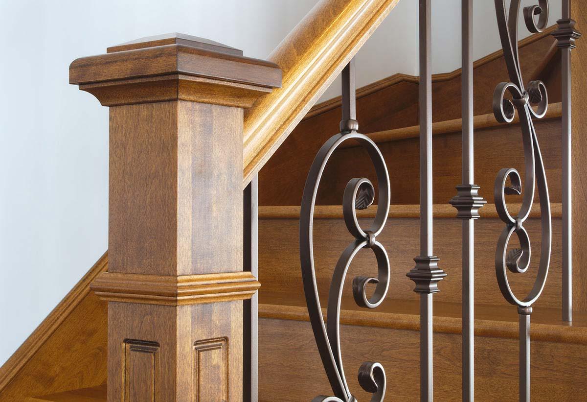 Scala in legno con ringhiera in ferro battuto