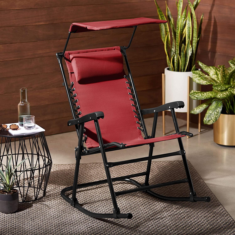 Sedia rossa a dondolo con poggiatesta, ideale per riposare sul balcone.