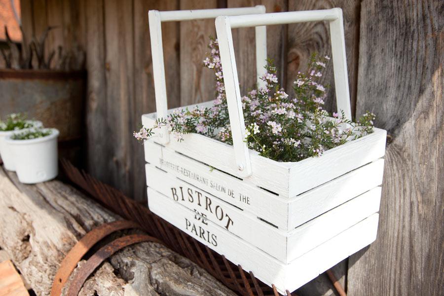 Cassetta di legno bianca con fiori, decorazione ideale in primavera.