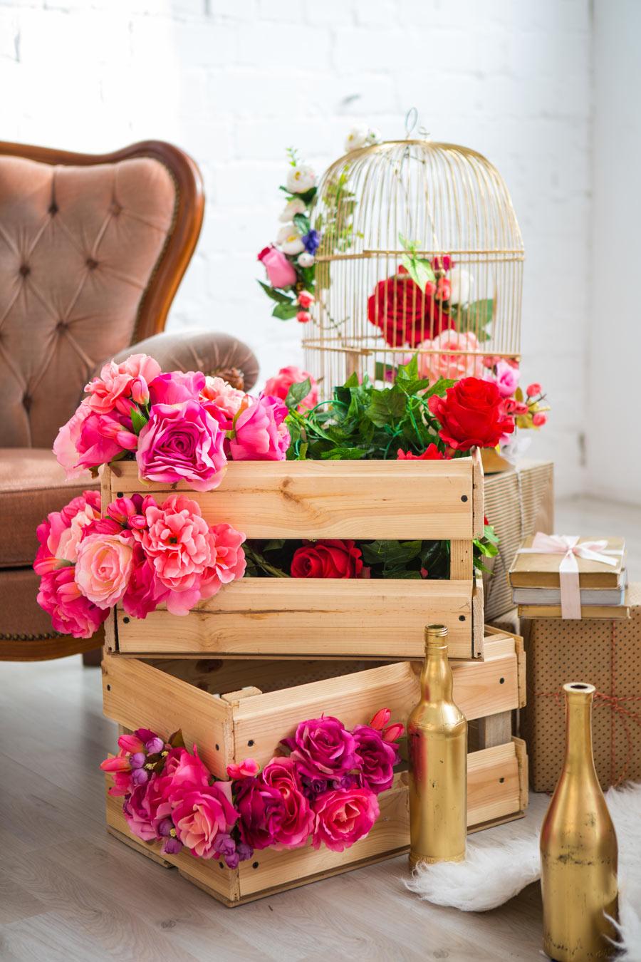 Cassette di legno decorate per la primavera con delle rose.
