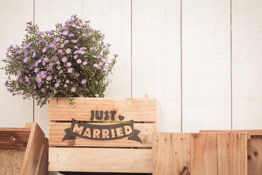 """Cassetta di legno """"just married"""" con fiori viola."""