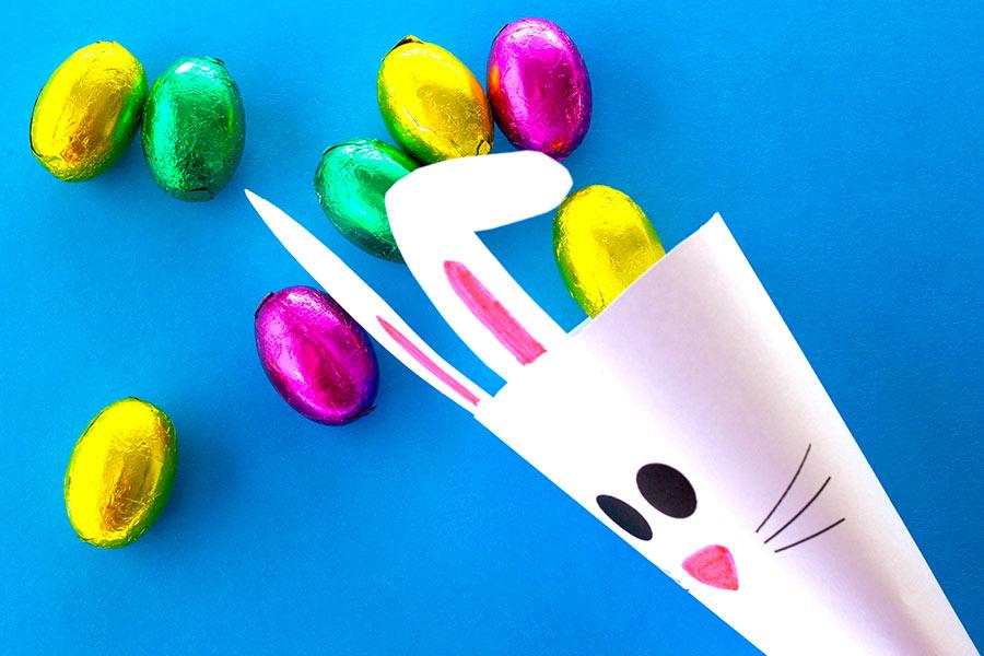Cono di carta per caramelle, ideale per lavoretti di Pasqua con i bambini.