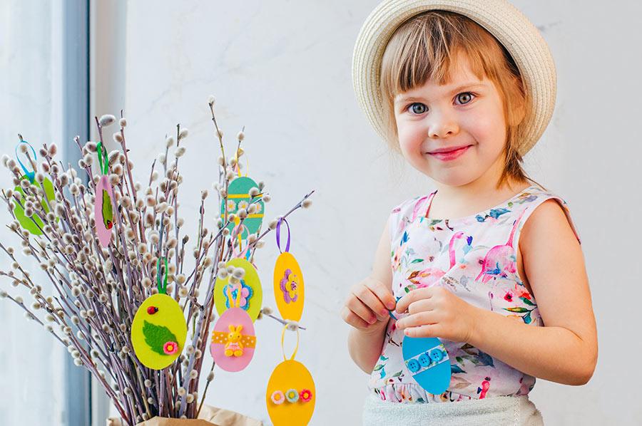 Albero di Pasqua decorato con uova di carta realizzata da una bambina.