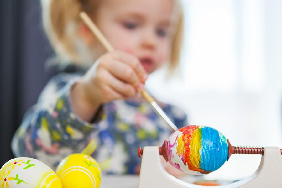 Uova di pasqua colorati fai da te, lavoretti per bambini.