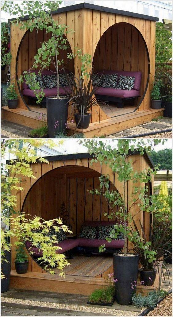 Gazebo in legno con tetto chiuso e comodo divano da giardino ad angolo.