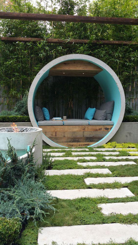La sfera di pietra che fa da copertura alla seduta.