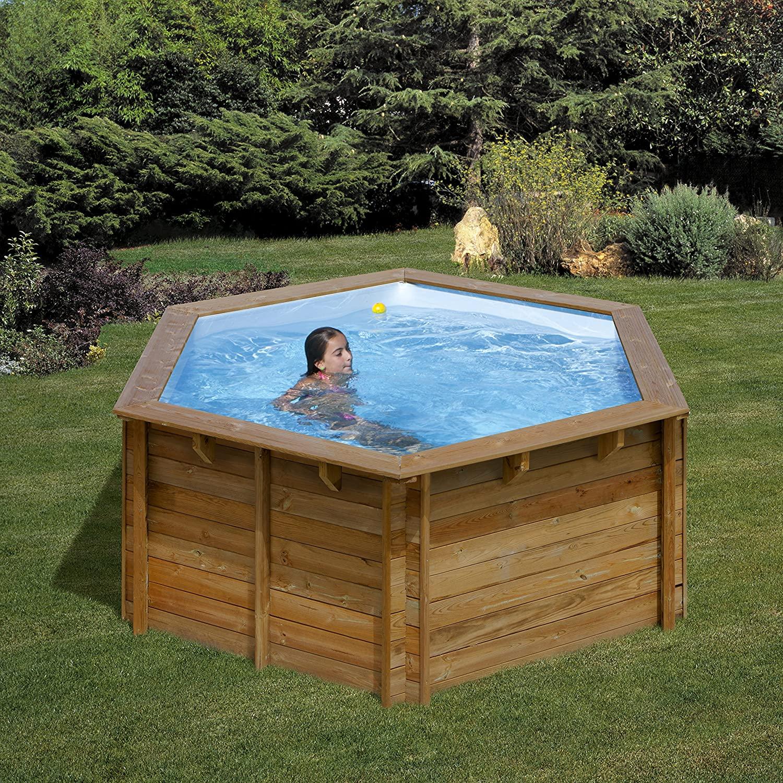 Piccolissima piscina in legno per il giardino.