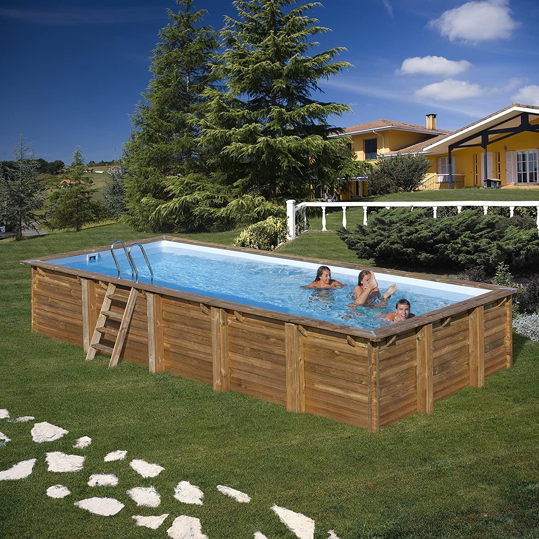 Grande piscina fuori terra realizzata in legno con scala d'ingresso, ideale durante le giornate calde.