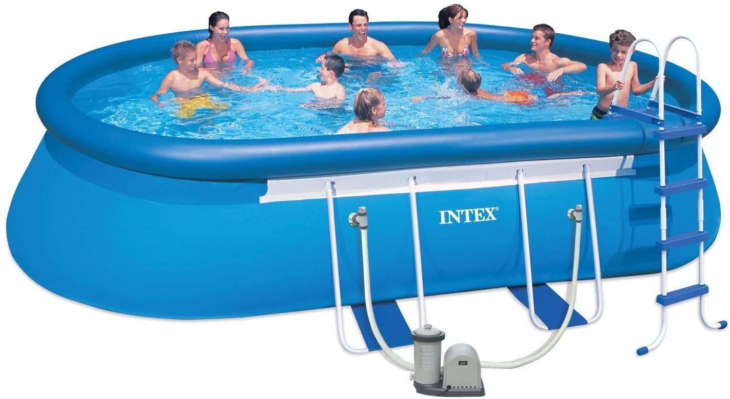 Grande piscina ovale gonfiabile per tutta la famiglia.