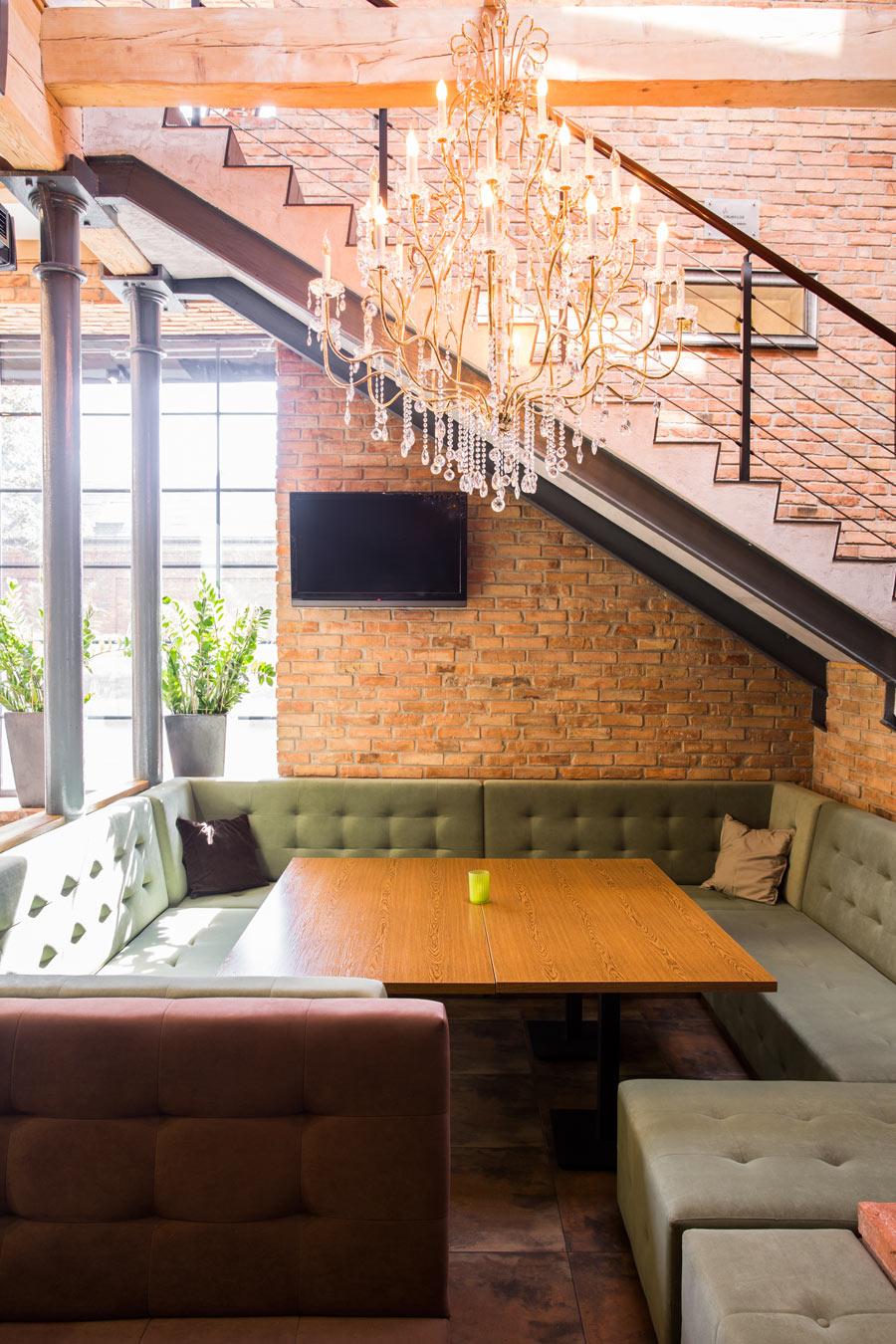 Angolo salotto moderno arredato sotto le scale.