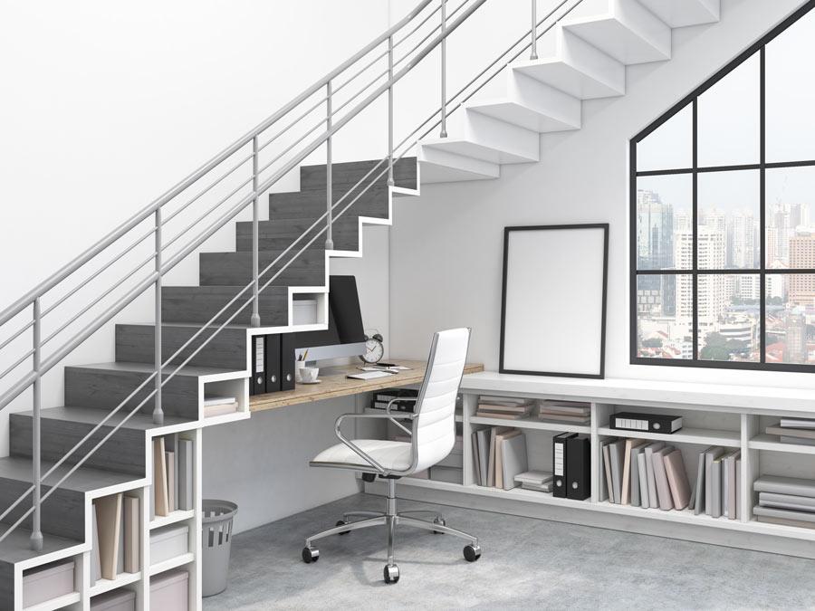 Angolo ufficio in casa sotto le scale.