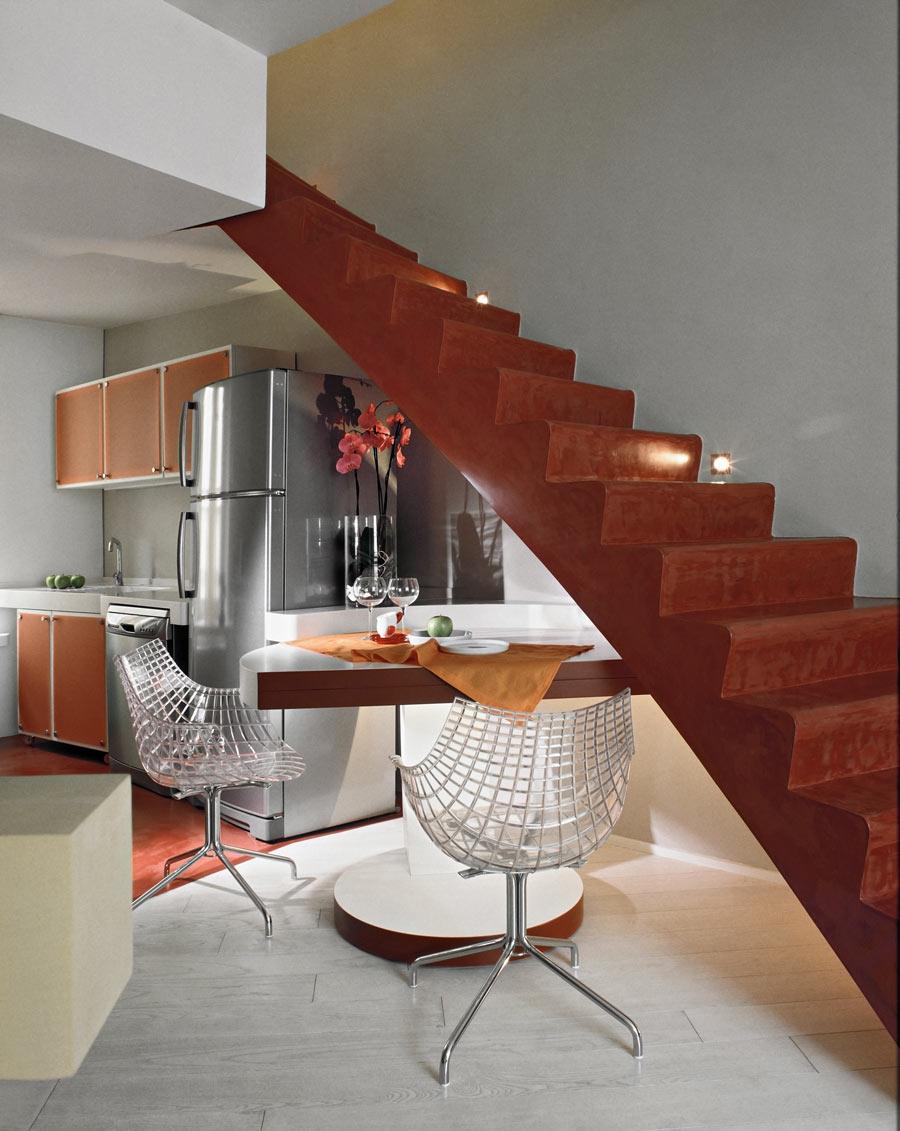 Tavolino da pranzo posizionato sotto le scale, soluzione per ottimizzare lo spazio.