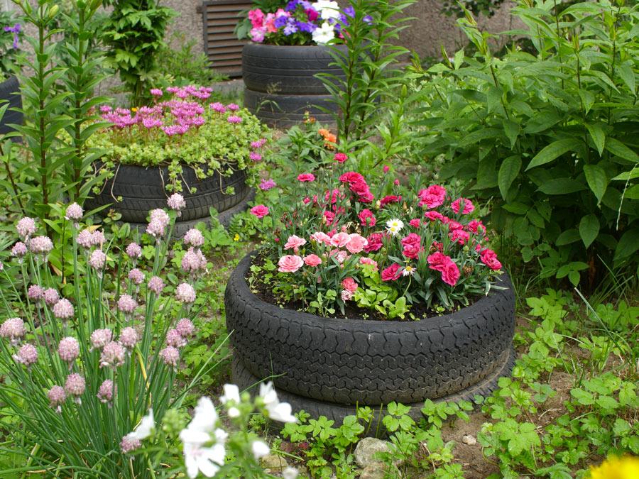 Vaso di fiori in giardino con pneumatico riciclato.