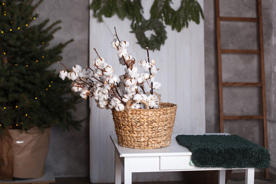 Vasetto in vimini decorato con piantine, ideale in uno stile shabby.