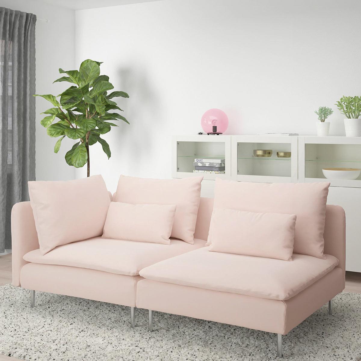 Divano rosa chiaro IKEA modello SÖDERHAMN, colori primaverili in salotto.