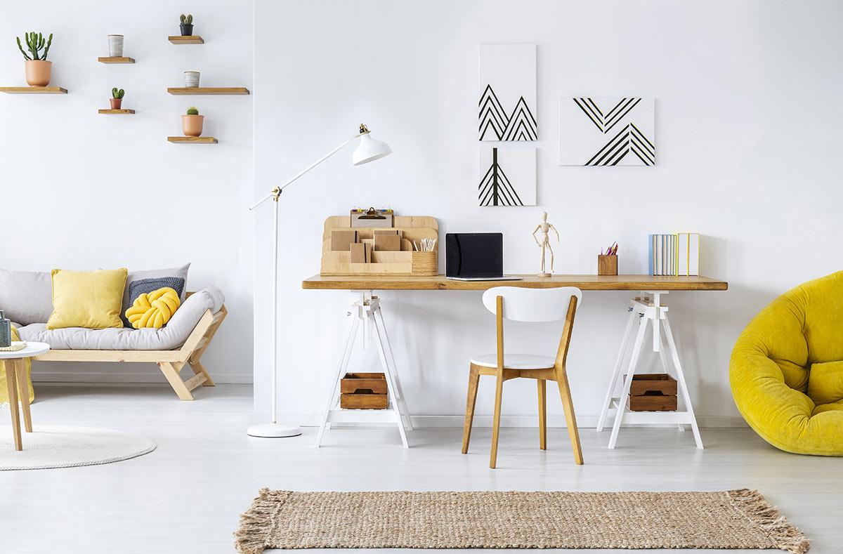 Salotto moderno con angolo scrivania.