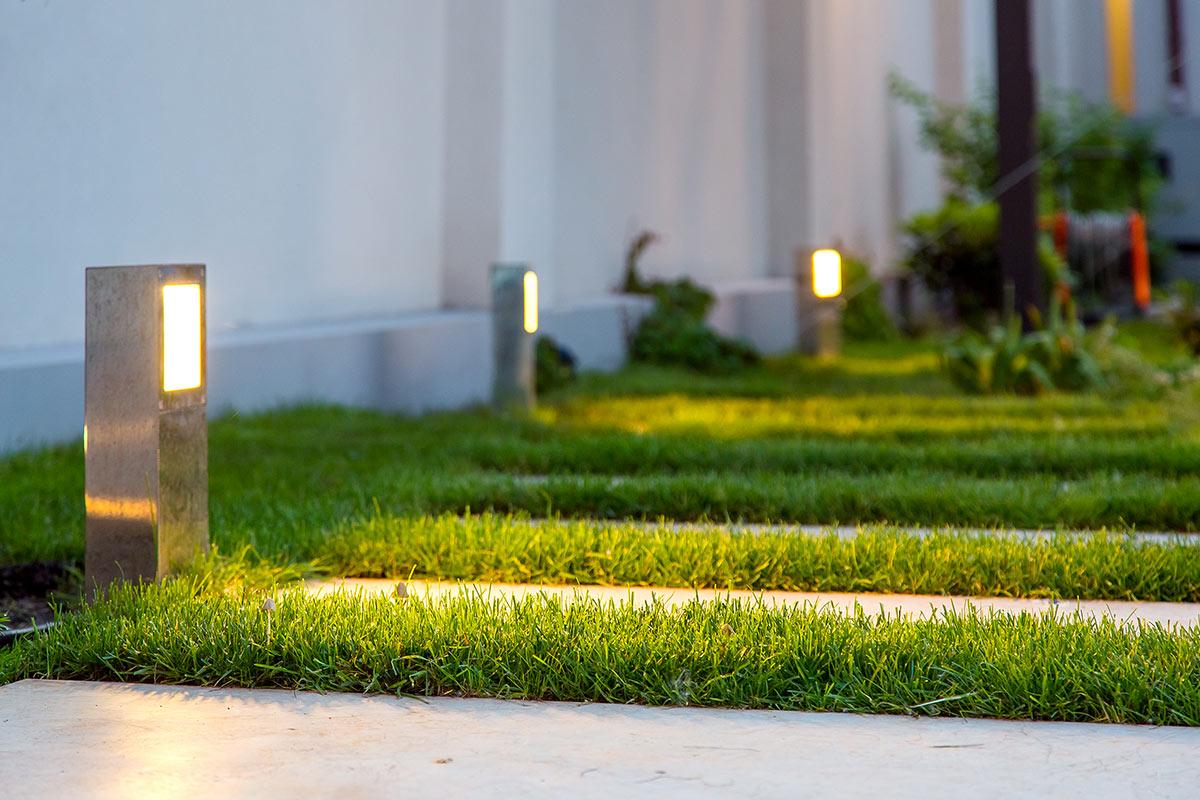 Faretti moderni per illuminare vialetto giardino.