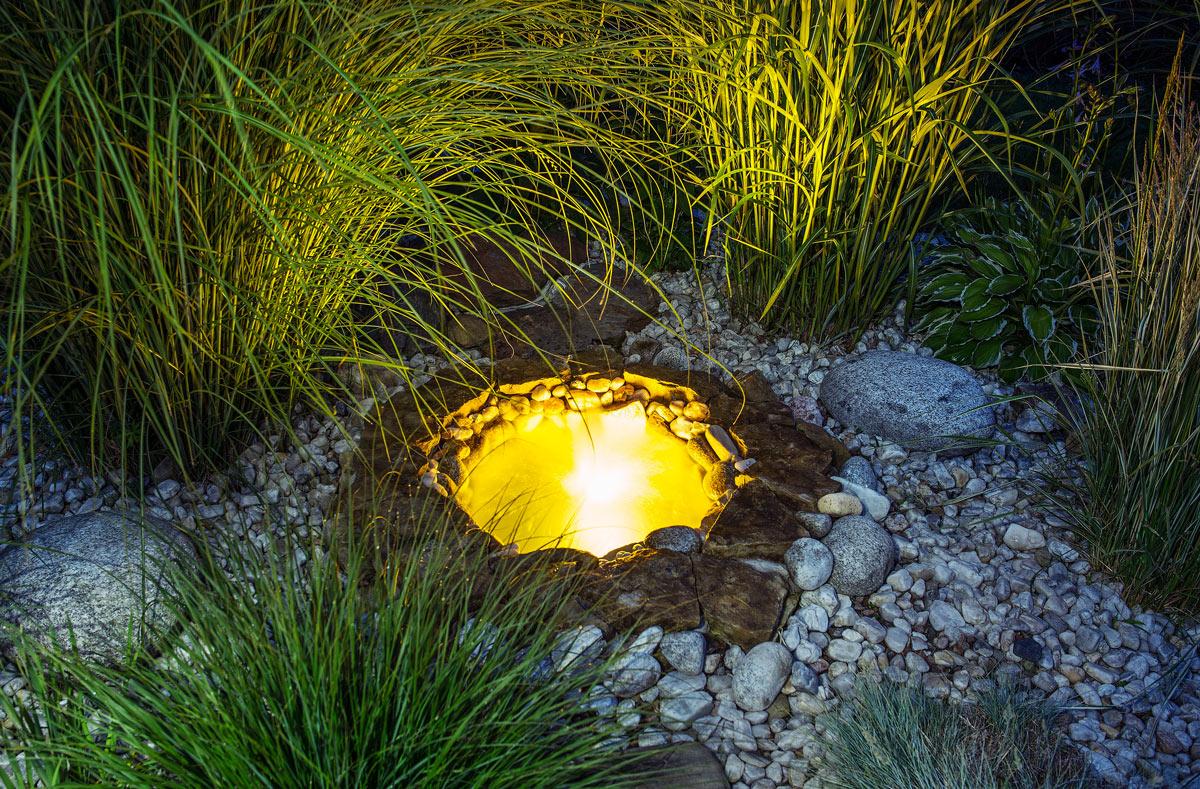 Pozzetto di luce in un aiuola in giardino.