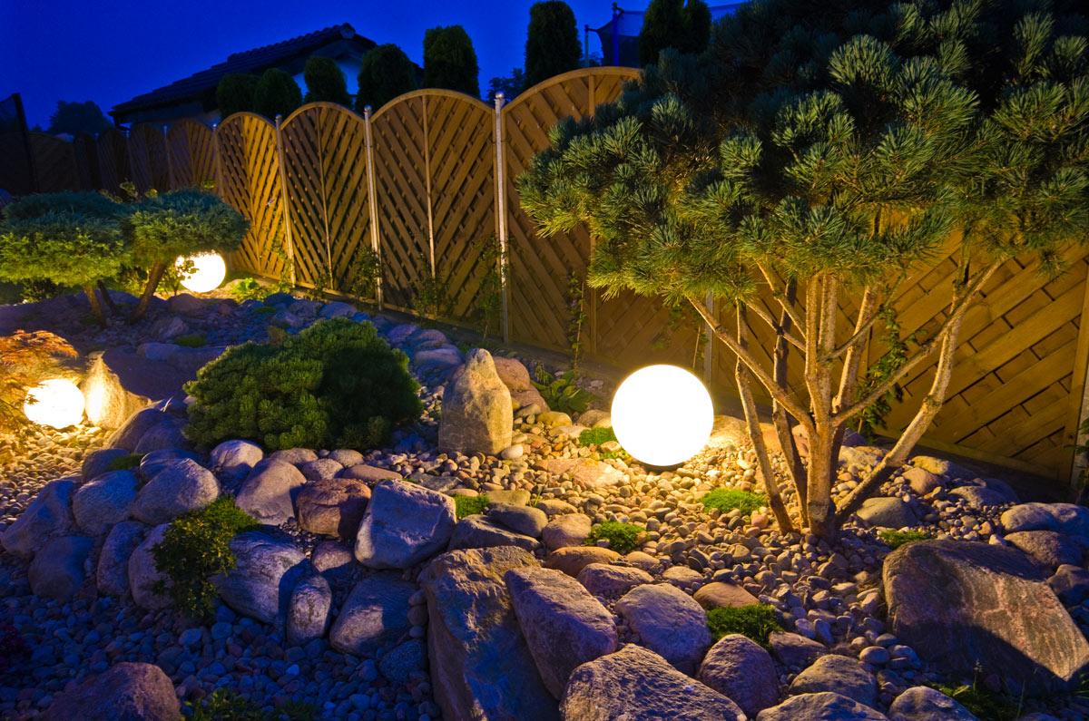 Sfere di luce per illuminare un giardino roccioso.