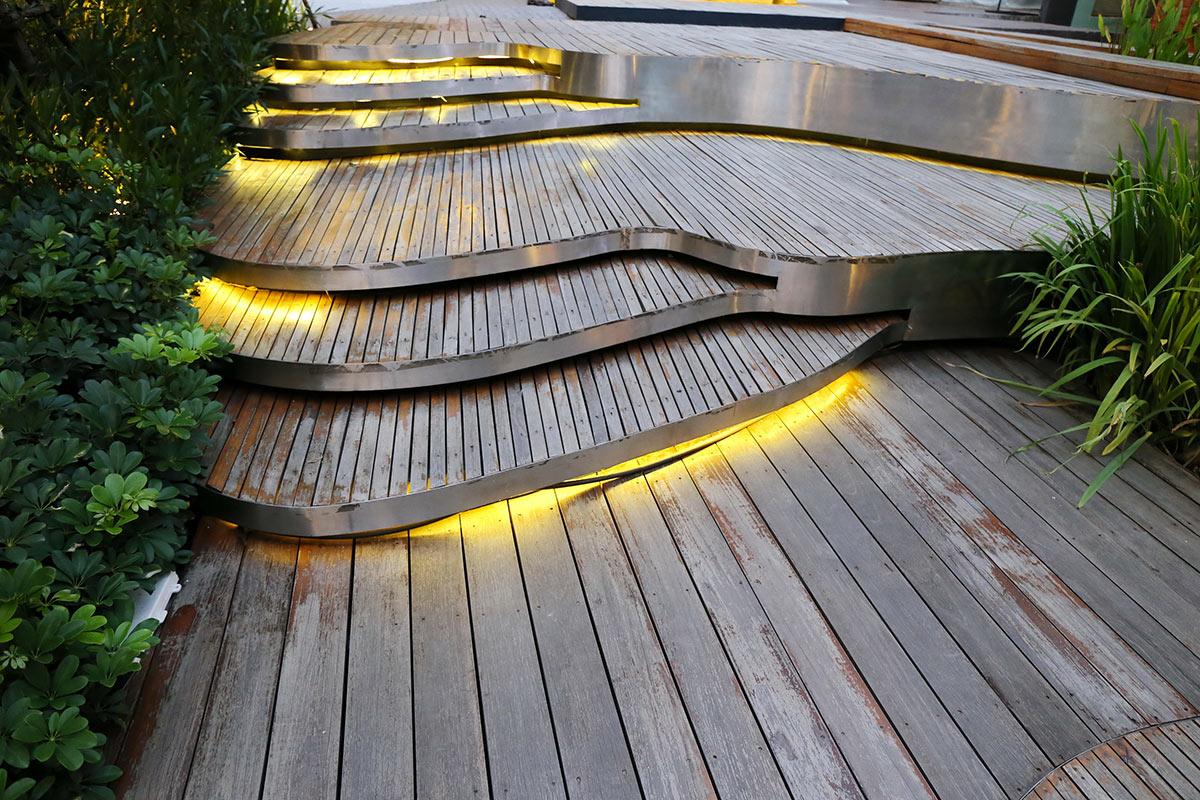 Scale da giardino moderne in legno illuminati con luci LED.