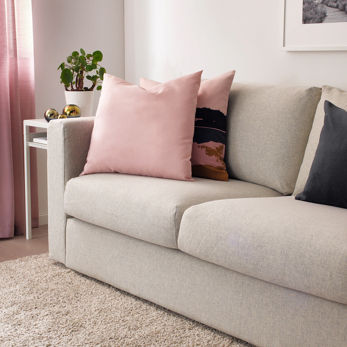 Cuscino rosa IKEa per il divano, modello ULLKAKTUS.
