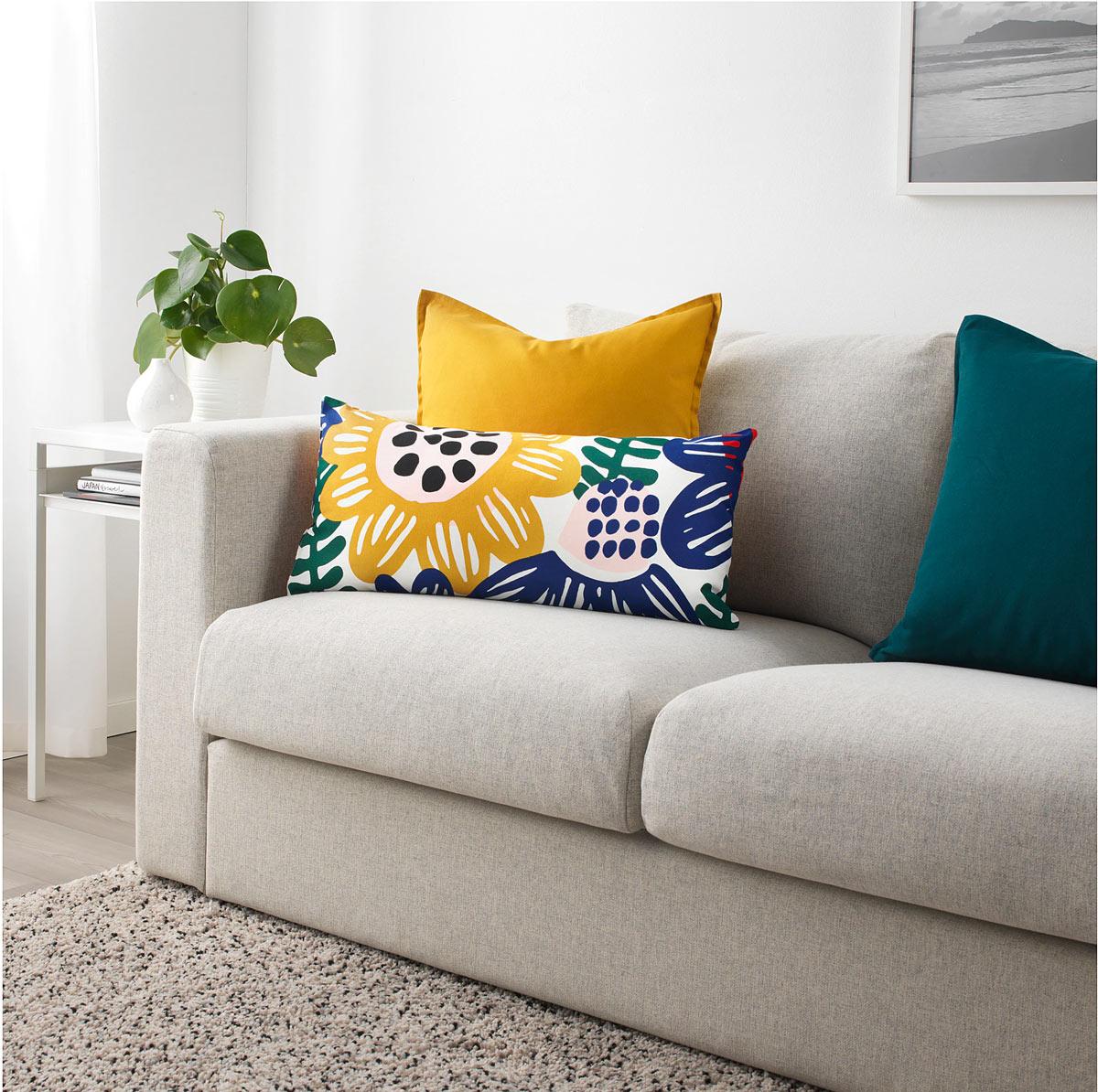 Cuscino IKEA SOMMARASTER, ideale per abbellire il divano in primavera.