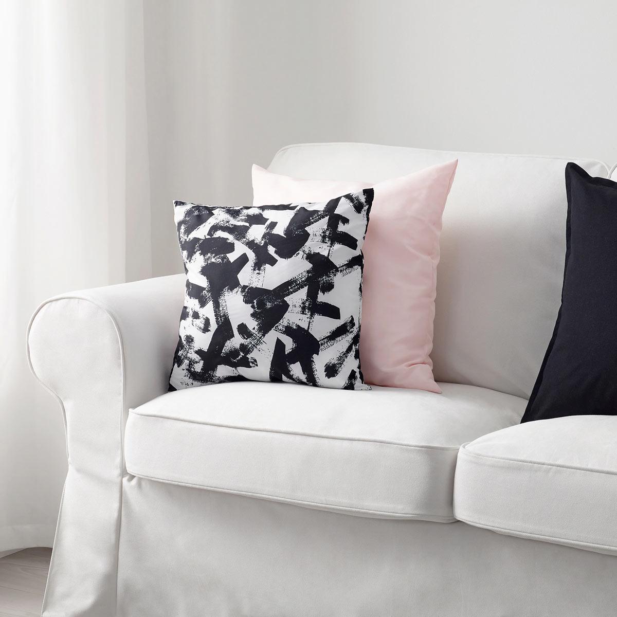 Cuscino IKEA modello TURILL, ideale per decorare il divano durante la primavera.