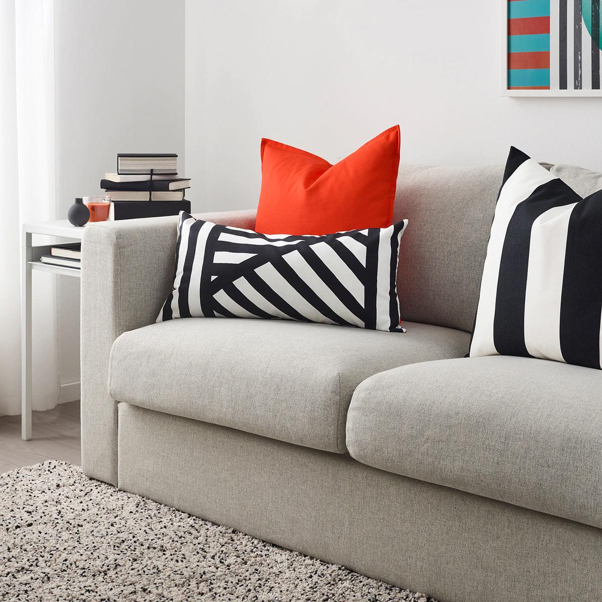 Cuscino da divano bianco e nero IKEA per il divano.