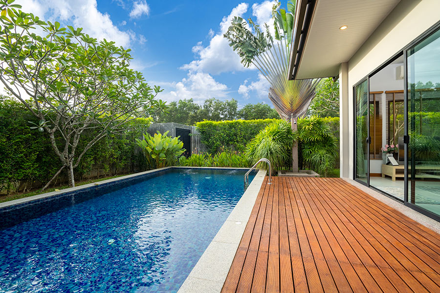 Piccola piscina da nuoto in casa con bella pavimentazione terrazzo in legno.