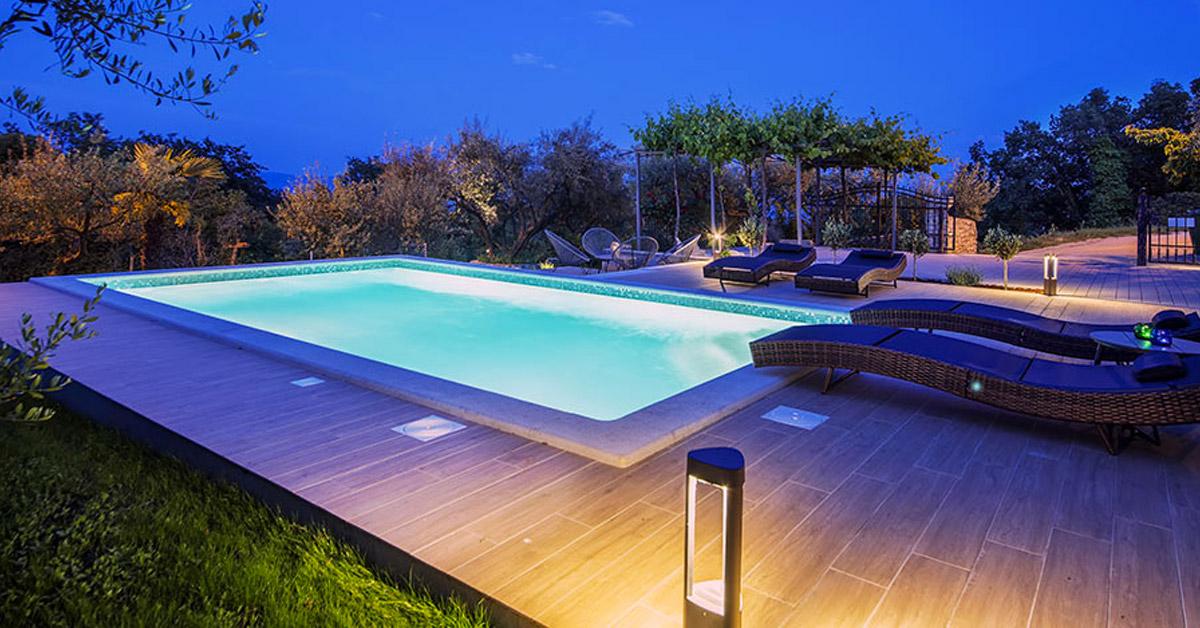 Pavimento in legno intorno piscina.