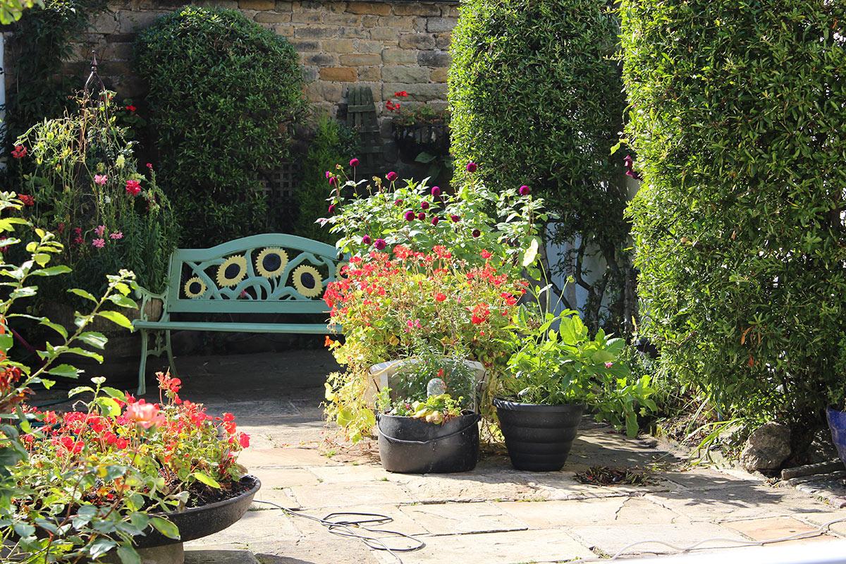 Angolo panchina in giardino.
