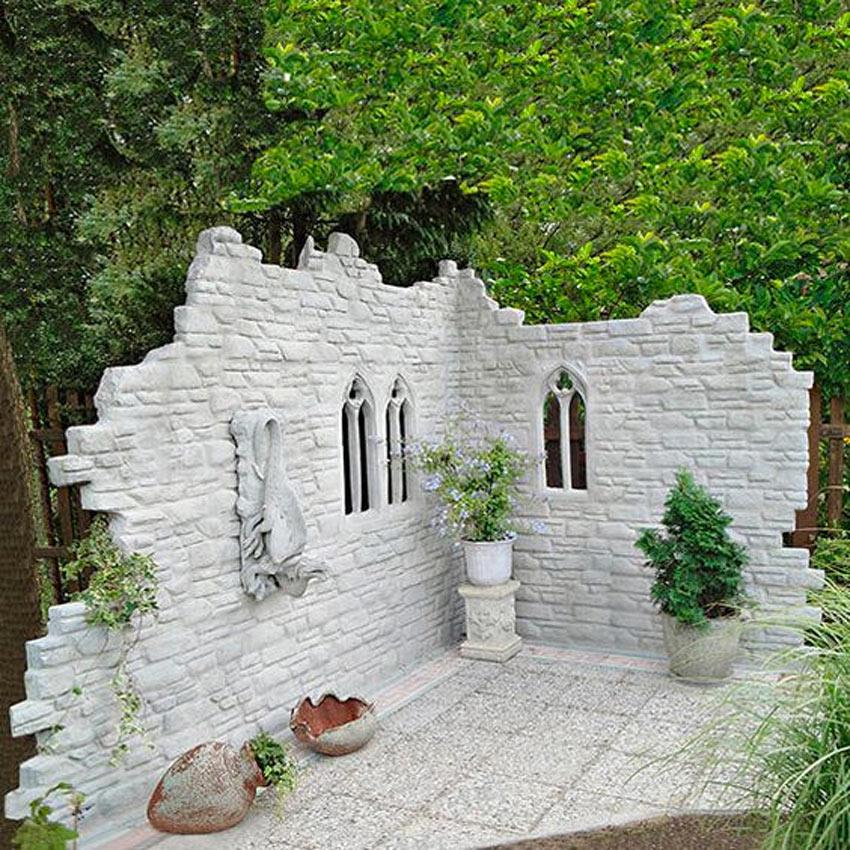 piccolo rudere con mattoni bianchi in giardino
