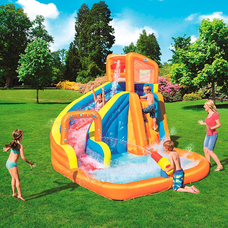 Grande piscina gonfiabile per bambini con scivolo e giochi d'acqua.