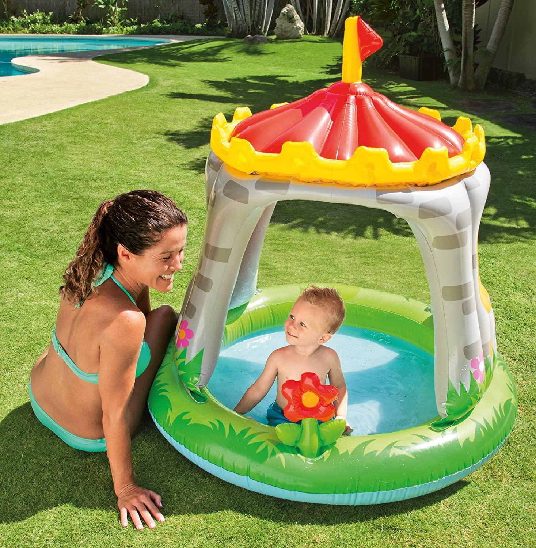 Piccola piscina gonfiabile per bambini a forma di castello.