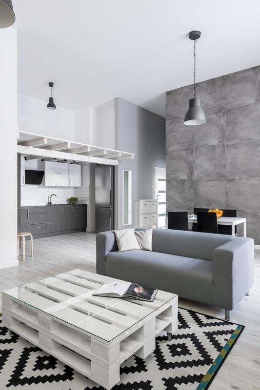 Salotto moderno con tavolino bianco fai da te con un bancale di legno.