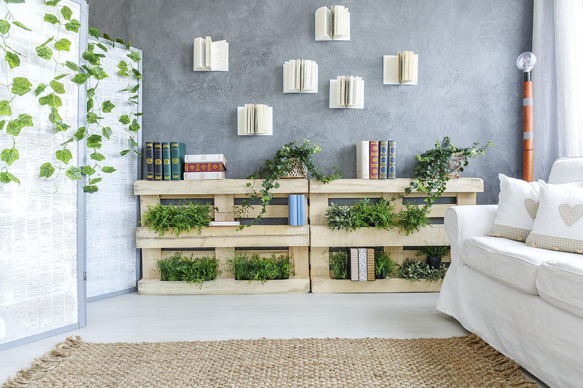 Fioriera decorativa realizzata con pallet in questo soggiorno.