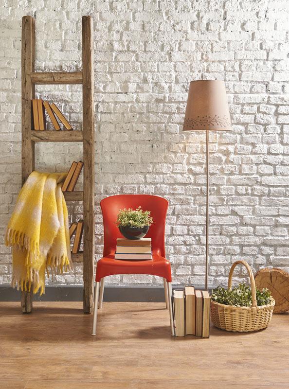 Scala decorativa fai da te realizzata con vecchi pali di legno.