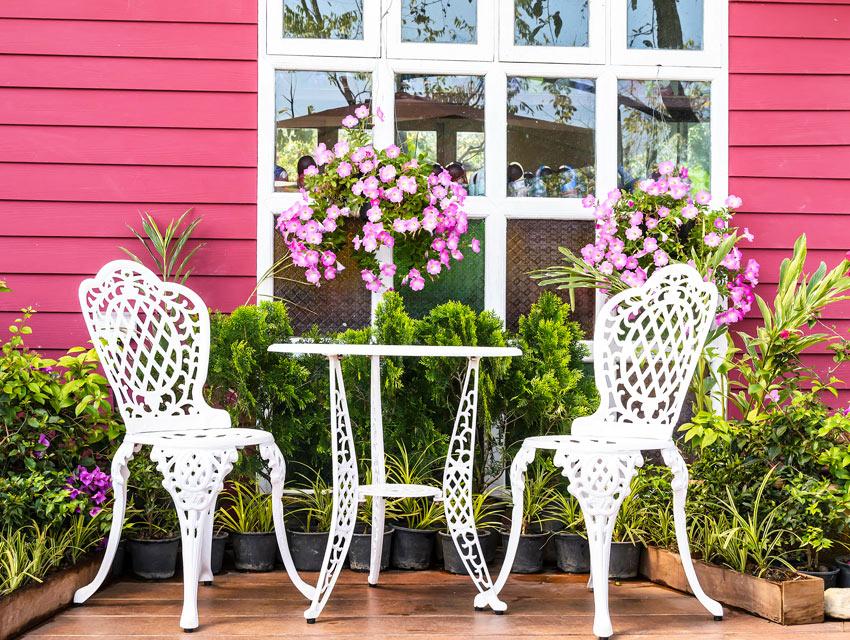 Sedie e tavolo da giardino bianco in ferro battuto stile shabby chic.