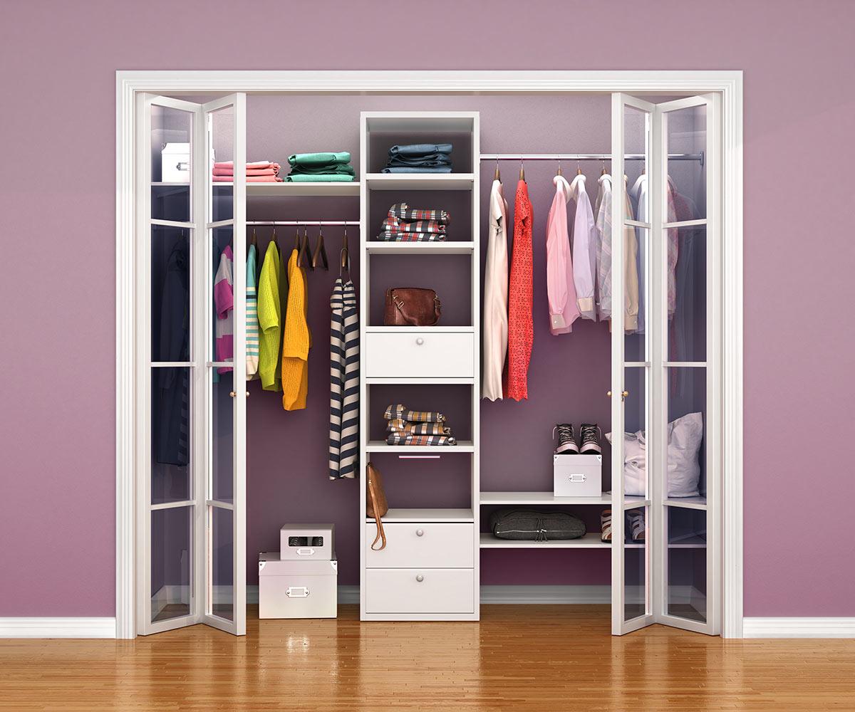 Camera da letto con armadio a muro con ante con vetro con apertura a soffietto.